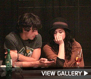 jonas brothers date demi lovato pictures